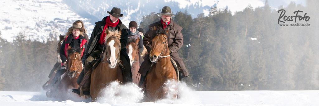 RossFoto, Dana Krimmlig, Pferdefotografie, Fotografie, wanderreiten, westernreiten, reiten im Schnee, reiten im winter, Schweiz, San Jon, Men Juon