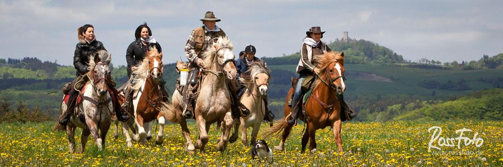 RossFoto; Dana Krimmling; Pferdefotografie; Fotografien vom Wanderreiten; Frühling; Gruppe; Piets Adventure Trails; Piet Rott; Ausreiten; Wanderreiten