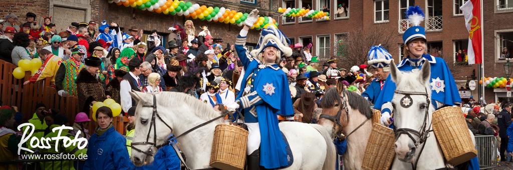 RossFoto Dana Krimmlig, Pferdefotografie, Fotografie, Wanderreiten, Westernreiten, Freizeitreiten, Jagdreiten, Kavallerie, Karneval Düsseldorf, Prinzengarde Blau Weiß, Karnevalsumzug