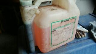 左のゲージはオイル、右側がガソリン、これを混ぜて、、、出来上がり。