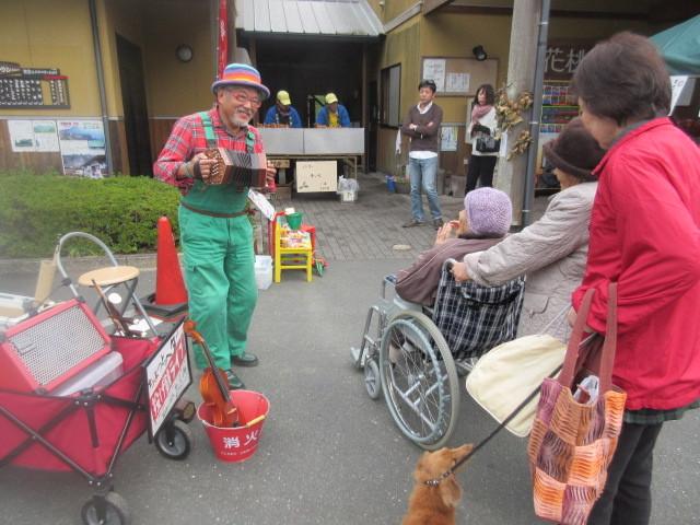 いつもニコヤカで10種類以上の楽器を演奏します