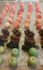 収獲した果実を五人で分けました。