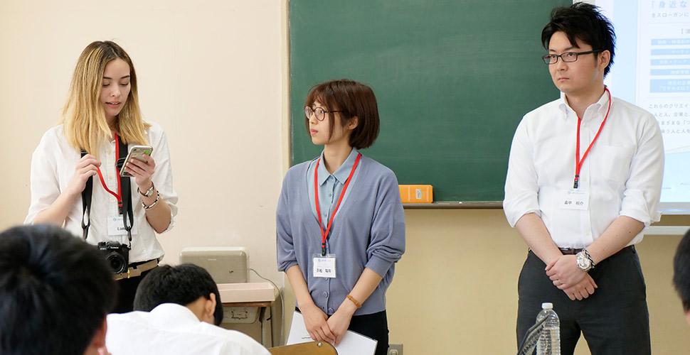 兵庫県立尼崎高等学校の授業で自己紹介するレーン