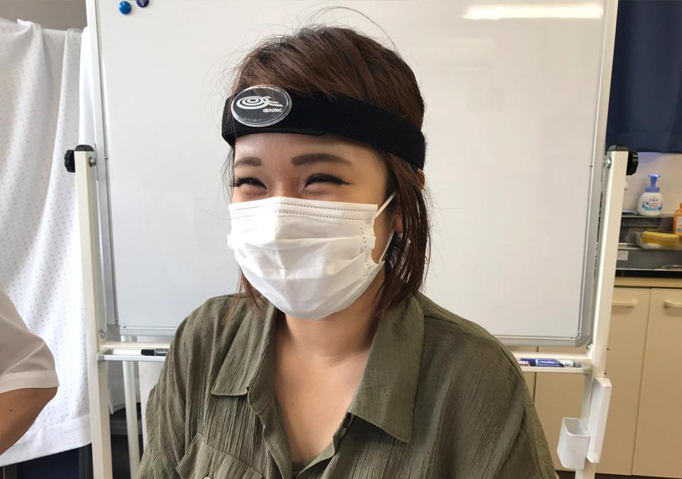 脳波測定器を頭に取り付ける宮口さん