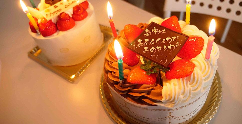 バースデーケーキでお祝いです!