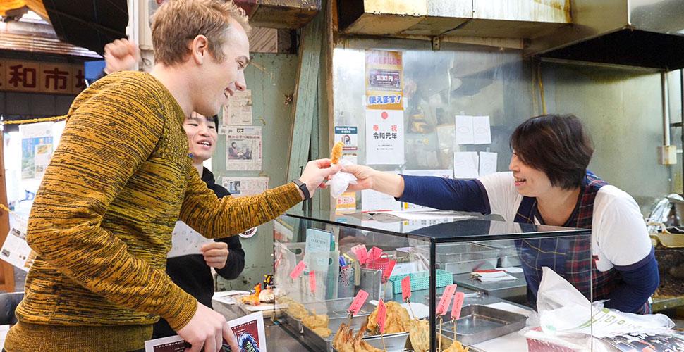 天ぷら屋さんからエビ天をもらうガビ
