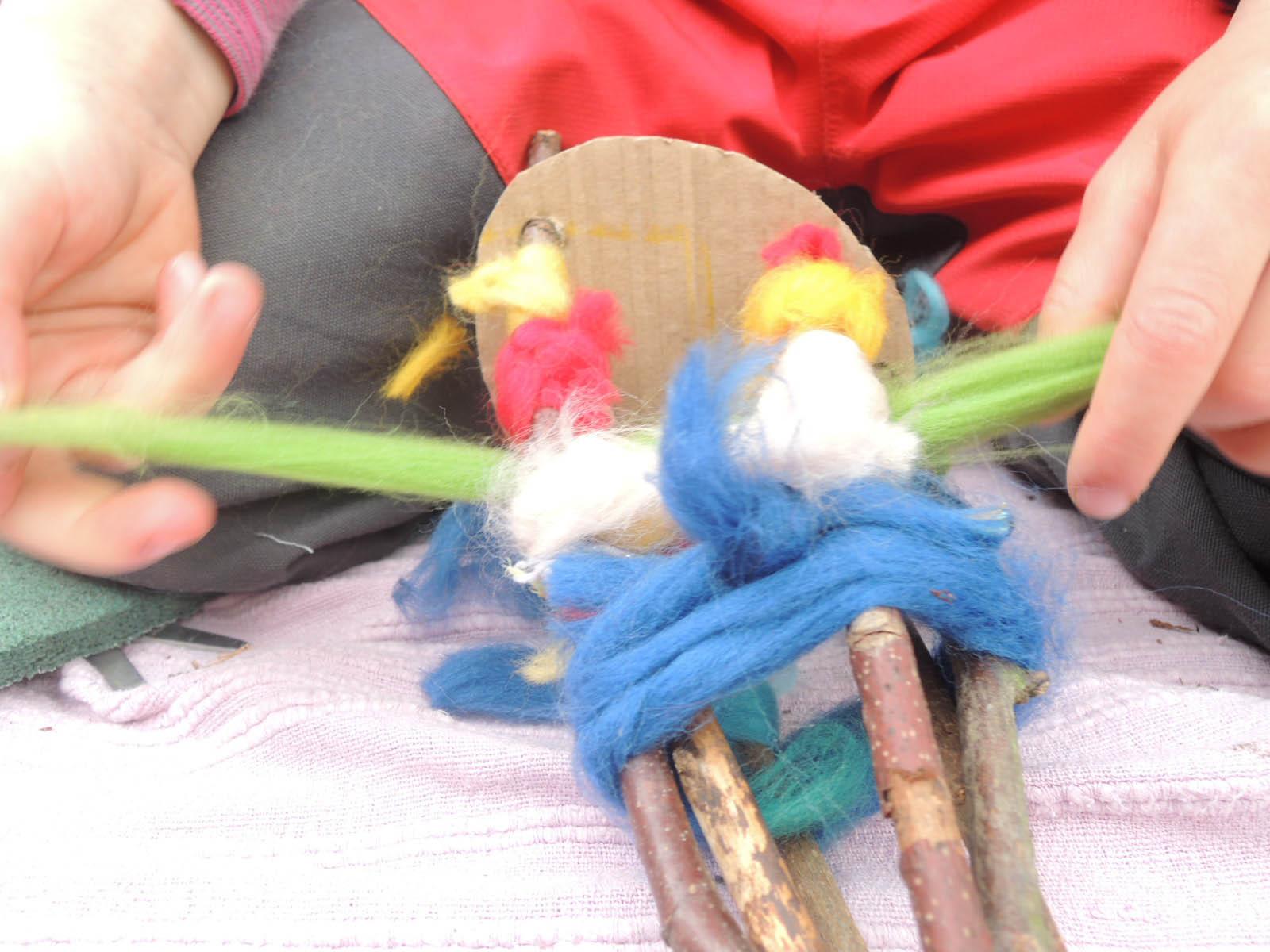 Puppenbau mit 3-6 jährigen im Wald