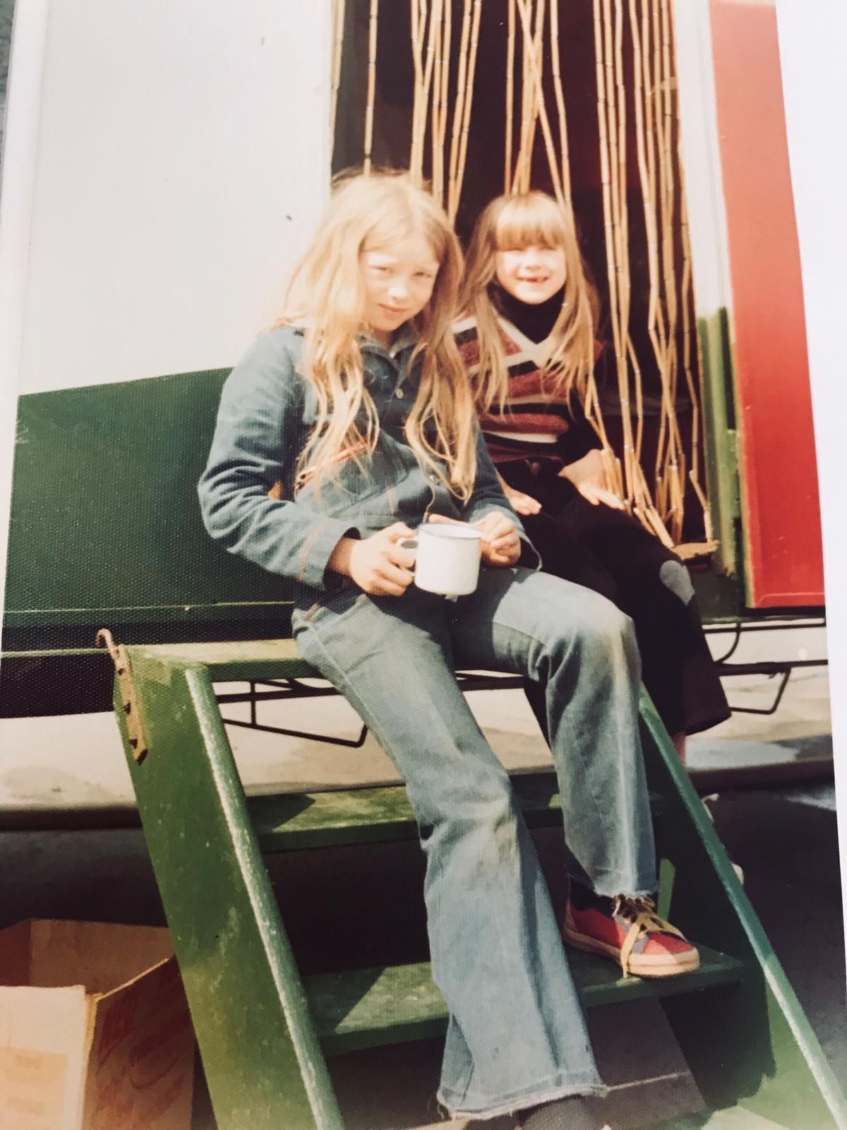 Muriel (links) met zusje op de trap van de circuswagen