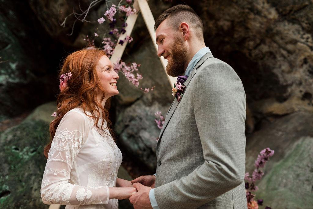 Brautpaar, Felsen, Blumen