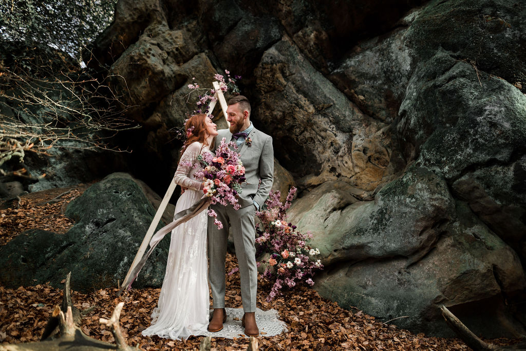 Brautpaar, Traubogen, Brautstrauß, Felsen