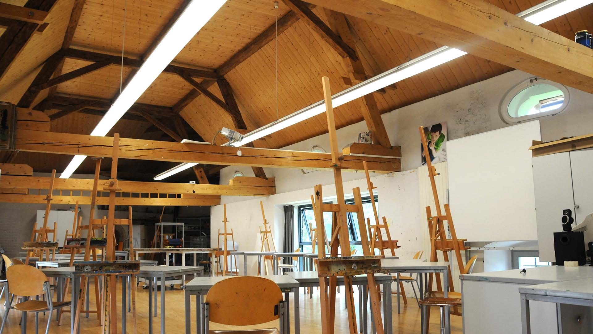 Blick in den Zeichensaal drei mit offenem Dachstuhl