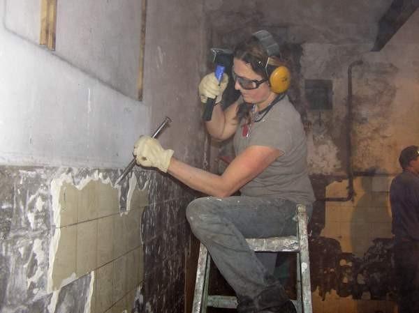 In mühevoller Arbeit wurden die Fliesen von den Wänden geschlagen, damit sie Feuchtigkeit aufnehmen können