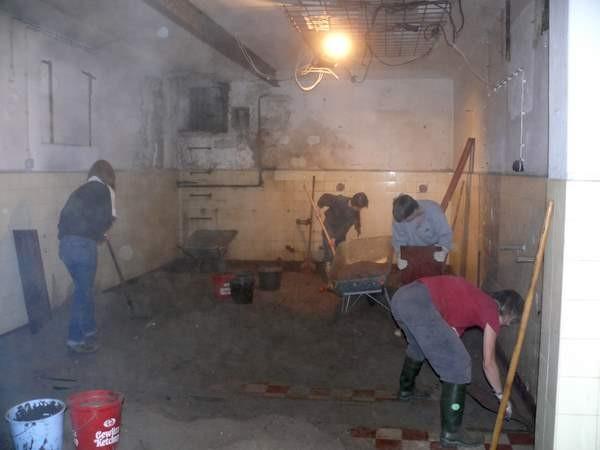 Zunächst musste jede Menge Sand aus dem Bunker geschafft werden