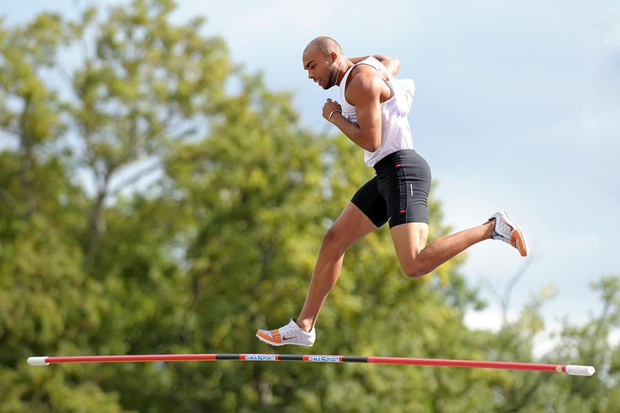 L'improbable course du funambule Gaël Querin lors du saut à la perche Decastar 2011