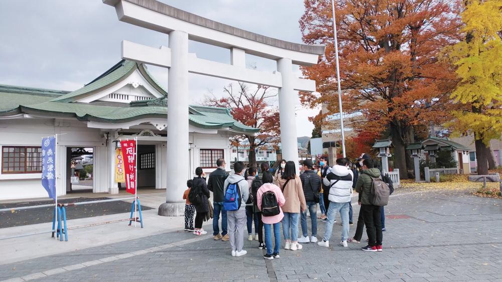 諏訪神社の案内をしました。
