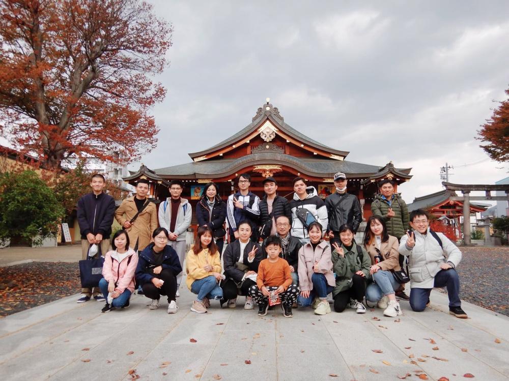 諏訪神社前で、記念撮影