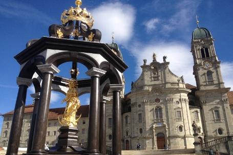 Der Vorplatz mit dem Frauenbrunnen
