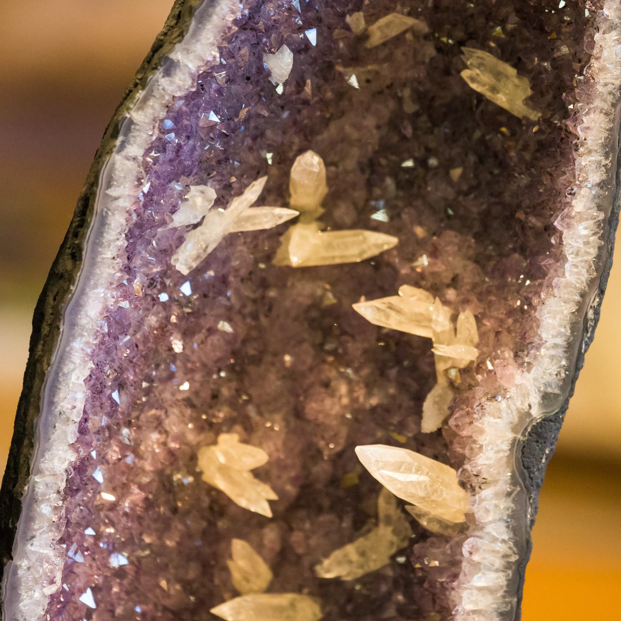 Amethystdruse mit Calcitkristallen