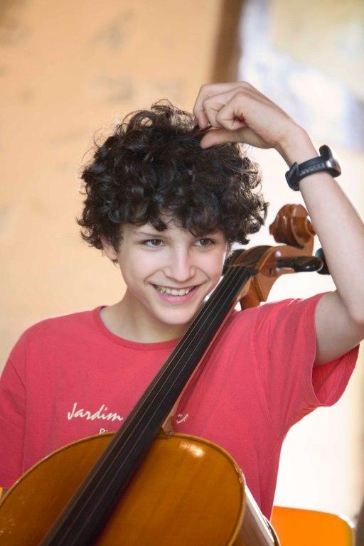 jeune celliste en répétition