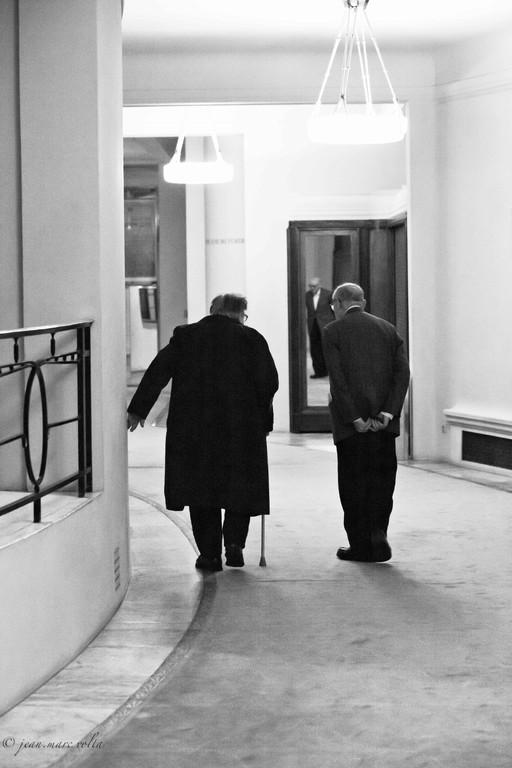 Henri Dutilleux quittant le Théâtre des Champs Elysées