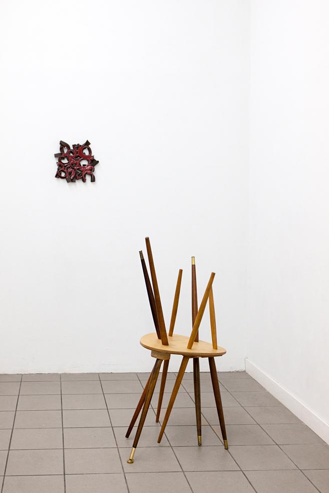 Gabriele Künne · Rosentext II, Keramik glasiert, 2016 und Cordula Prieser · ohne Titel Sperrholz, Holz, Metall, 2015