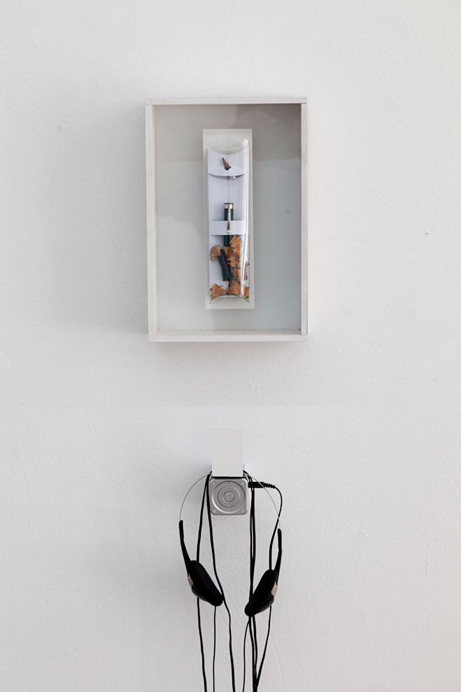 Josina von der Linden · Der perfekte Bleistift Objektkasten, Audiosequenz 1:48 min. 2011/ 2017