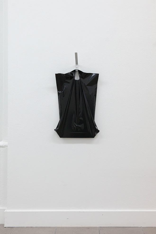 """Tobias Heine """"time, space and tension - Beutel #3"""" Metallhaken, Plastiktüte, Inhalt, 62 x 32 x 10 cm, 2017"""