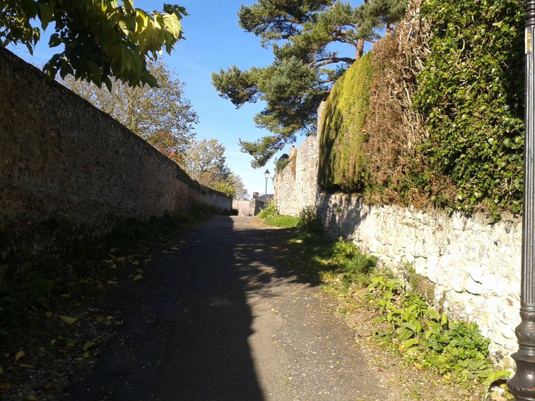 Le long du Castel