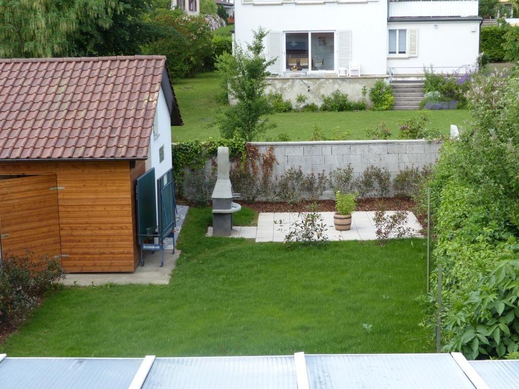 gemeinschaftlicher Garten mit Grillecke und Spielplatz