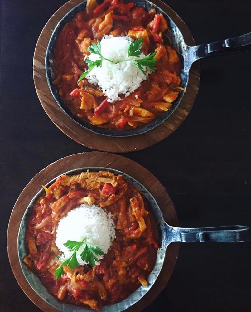 Mučkalica: Putenstreifen mit Gemüse in einer pikanten Tomatensauce und Reis