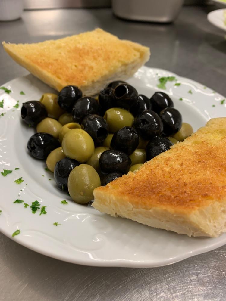 Oliven mit Knoblauchbrot