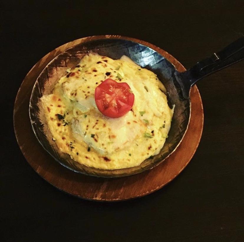 Haus-Pfanne: Medaillons überbacken mit Käse und Hollandaise-Sauce