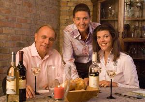 Familie Gerhardt bei einer Verkostung der eigenen Weine