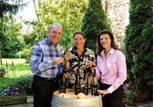 Familie Gerhardt bei der Verkostung einiger Weine