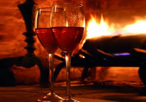 Weingläser vor Kamin