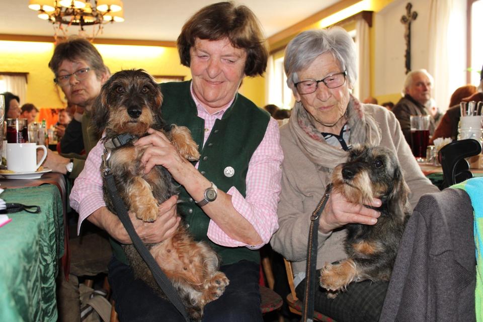 Unsere Langjährigen Mitglieder li Züchterin vom Grundlhof und li Anni sie ist über 70 Jahre Mitglied in unserer Sektion
