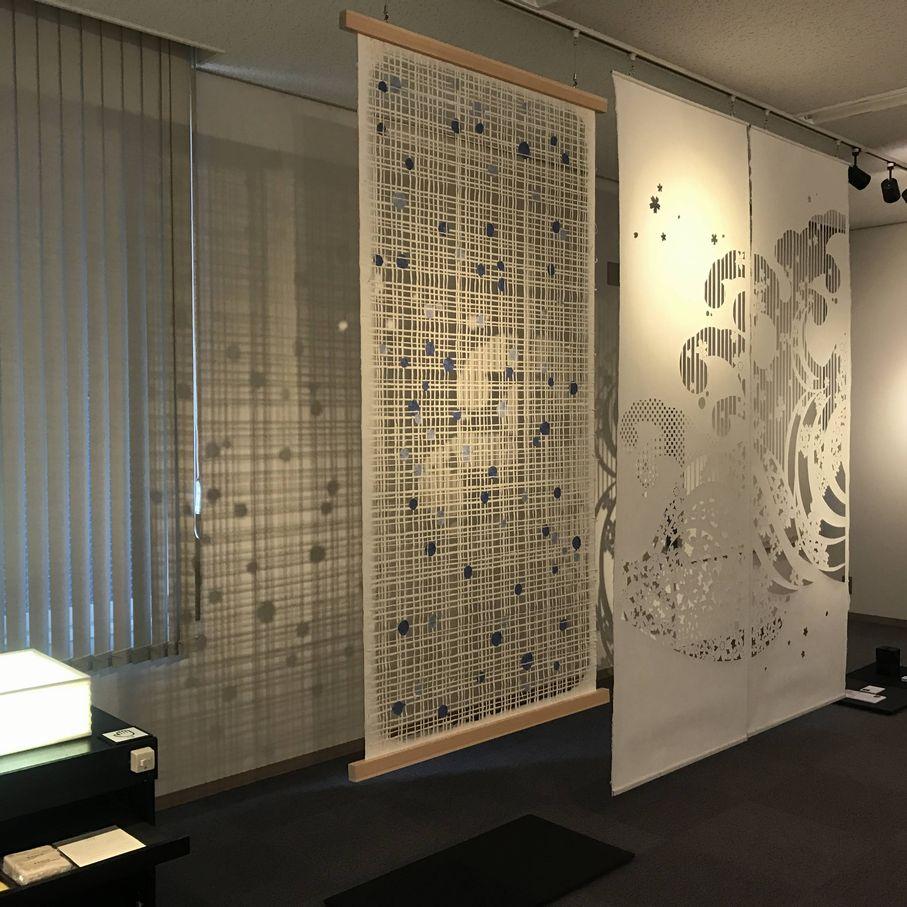 商業空間を演出するための手漉きの襖紙(格子柄に水玉模様)