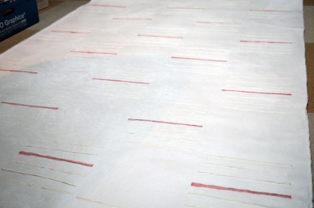 商業空間を演出するための大判の手漉き和紙(白の市松柄に赤ライン)