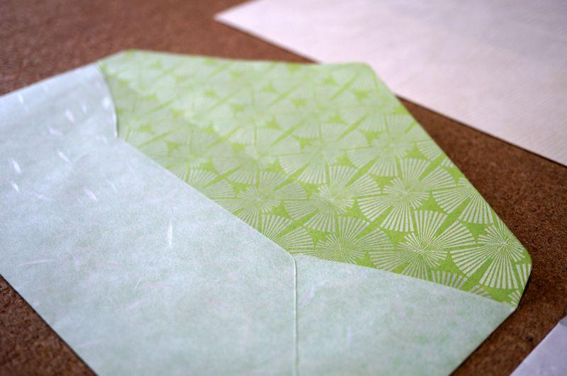 和紙の色や素材感を生かし、日本の伝統柄を入れることもできるカスタムメイド可能な洋形4号の封筒
