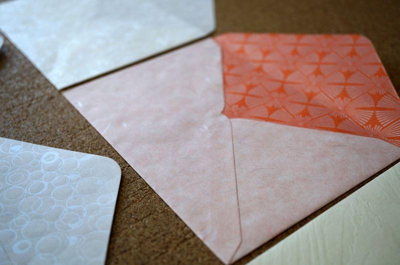 和紙の色や素材感を生かし、日本の伝統柄を入れることもできるカスタムメイド可能なはがきサイズの封筒