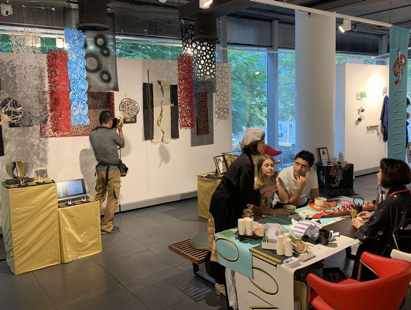 ドバイでの展示会に出展した各種手漉き和紙