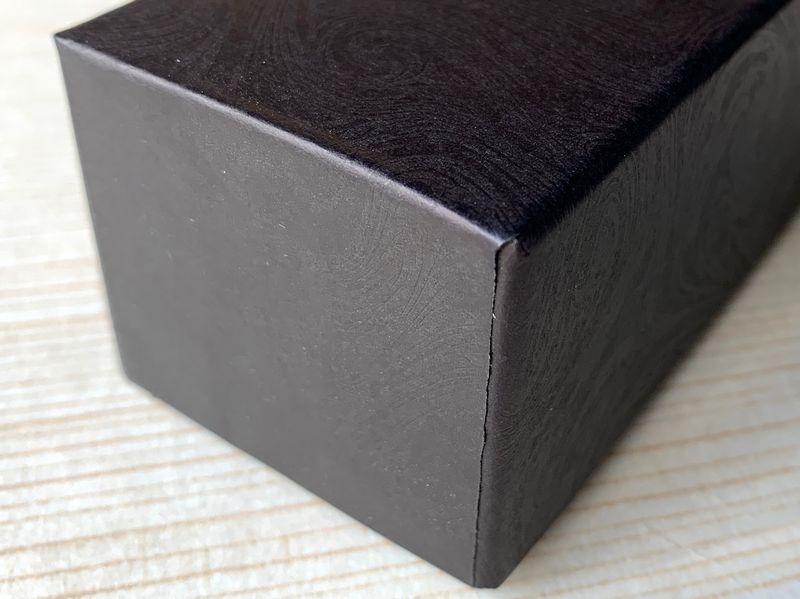 男性用化粧品用の貼り箱は手加工で作製しています