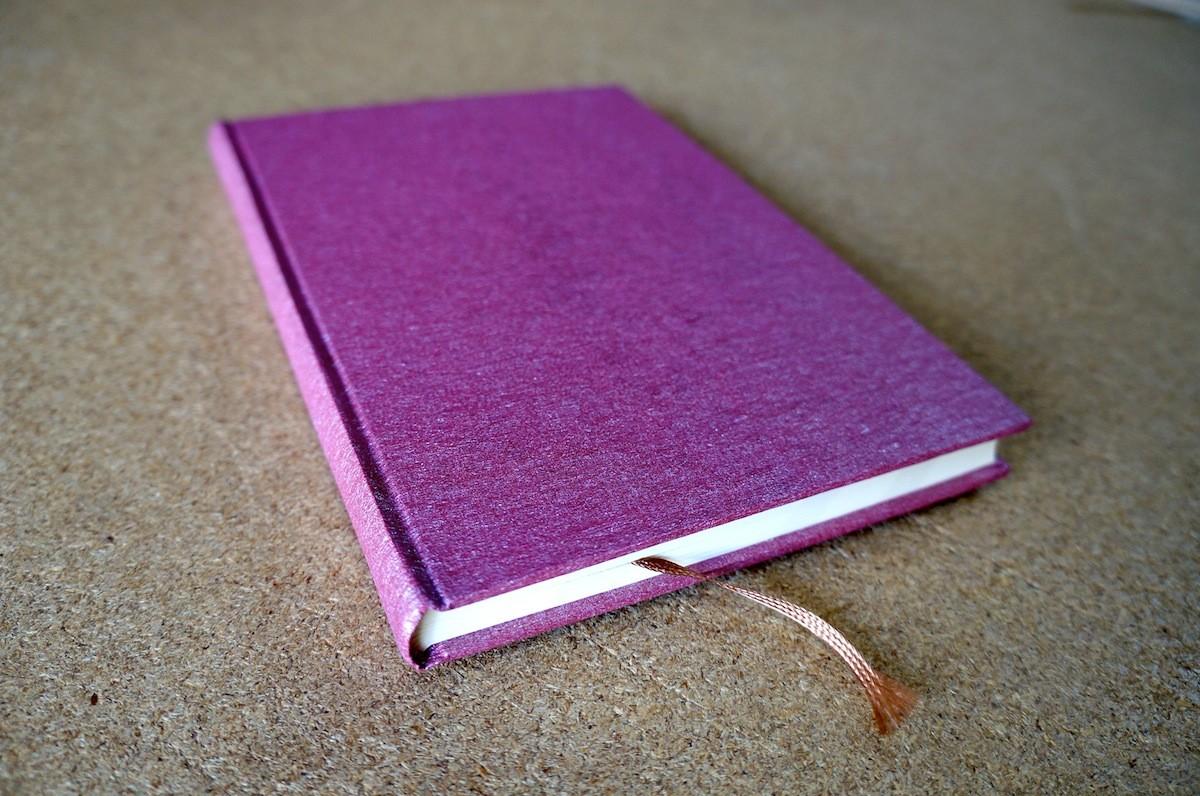表紙がパール入りのクレープ紙を使った手製本の丸背上製本ノート