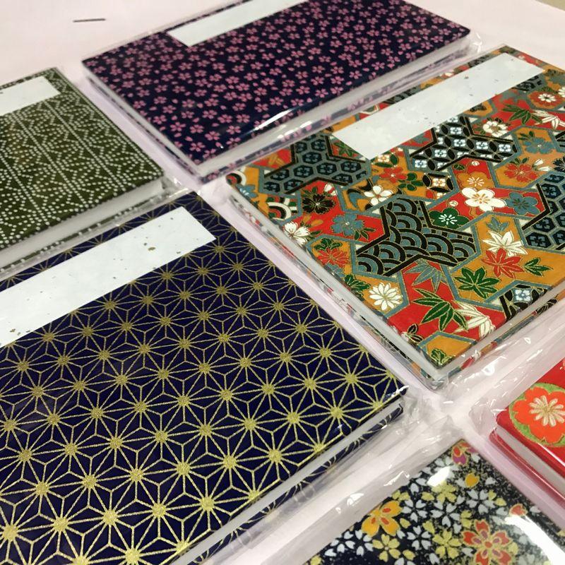 御朱印帳の表紙の千代紙は柄と色がお任せになります