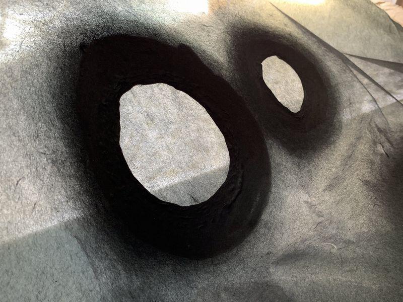 薄紙の透け感が特徴のインテリア用の手漉き和紙