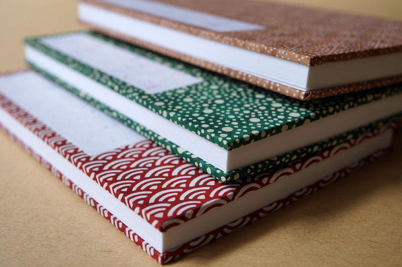 和でモダンな柄の千代紙で手製本した御朱印帳は手のひらサイズ
