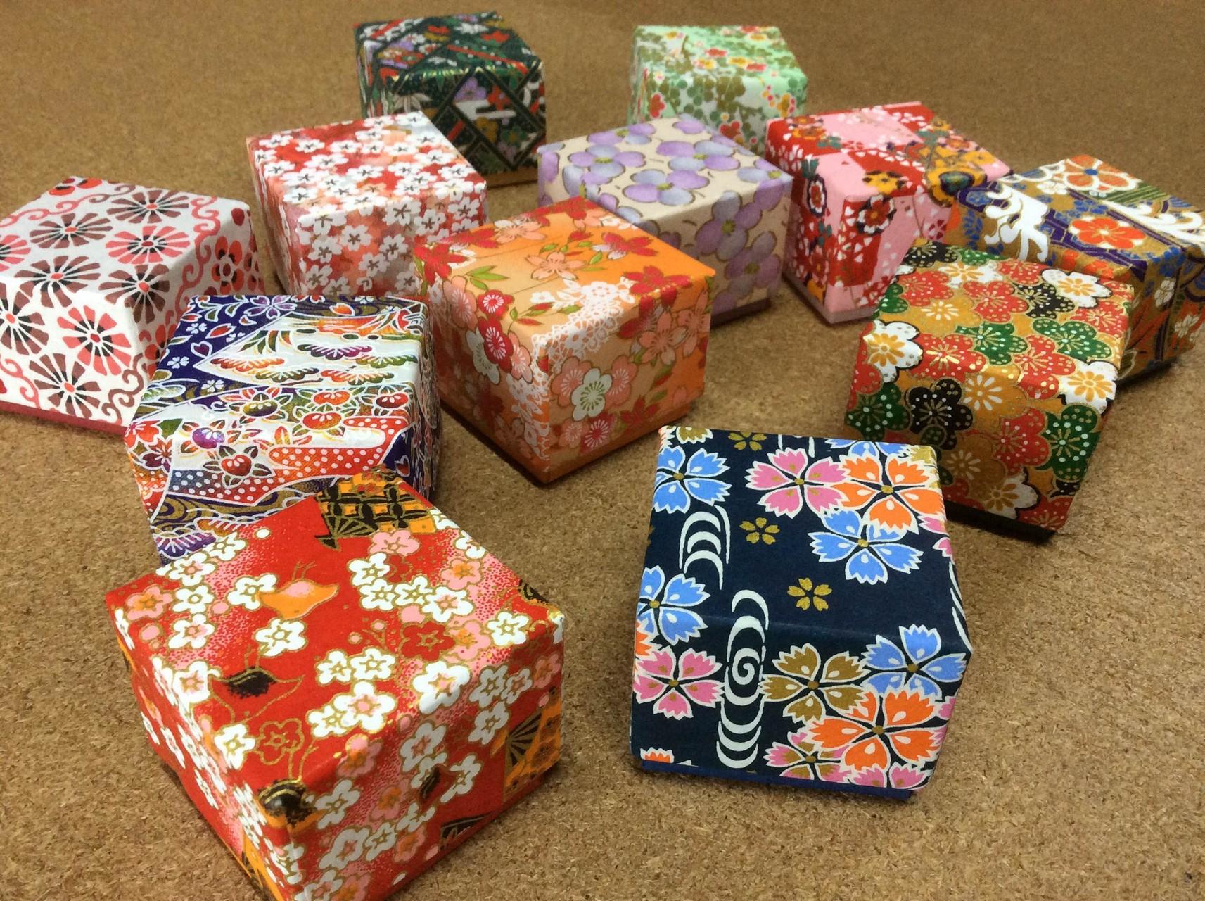 千代紙の柄と鳥の子紙の色を組み合わせて手貼りで作製した別注の貼箱小箱