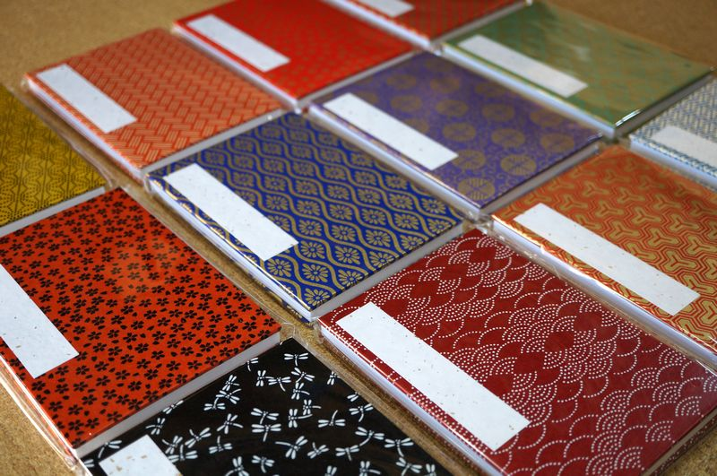 様々な柄や色の千代紙を使ってアソートで御朱印帳を作製しました