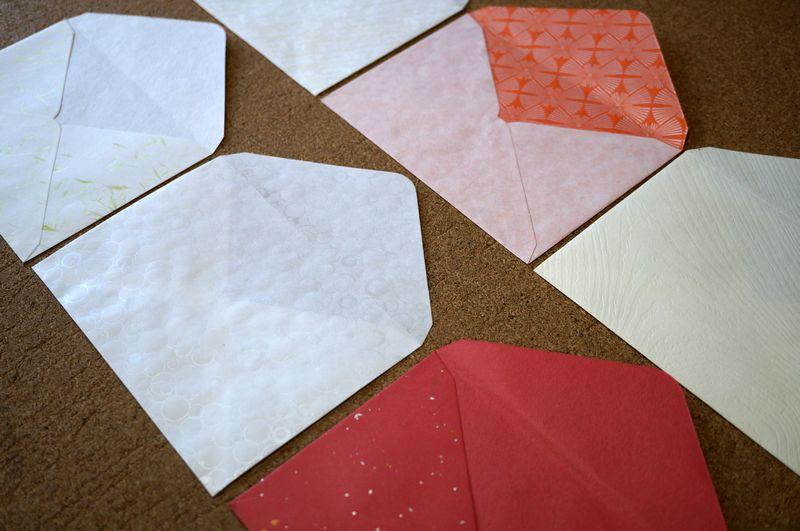 自分好みの和紙を選んで、はがきサイズの封筒を100部以上100部単位でお仕立てします