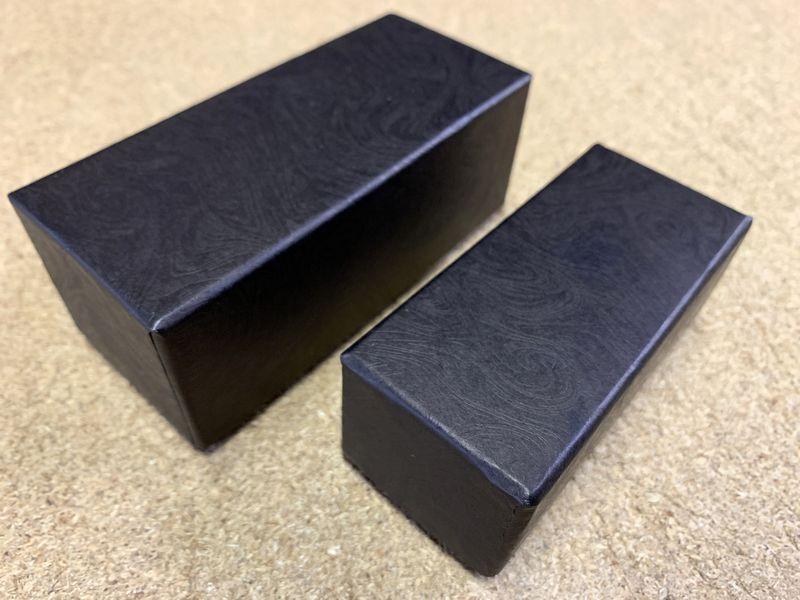 紙表面のマーブリング柄のエンボスが特徴の小間紙で貼り箱を作製